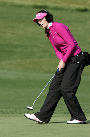 Sandra Gal of Germany on the 18th hole during the final round of Hana Bank Kolon Championship at Sky 72 Golf Club on November 1, 2009 in Incheon, South Korea. Редакционное