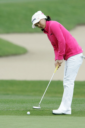 So Yeon Ryu of South Korea putts on the 2th hole during final round of Hana Bank Kolon Championship at Sky 72 Golf Club on November 1, 2009 in Incheon, South Korea. Editorial