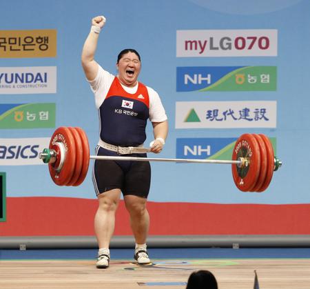 South Koreas Jang Mi-ran competes in the womens +75kg weightlifting clean and jerk category at the World Weightlifting Championships in Goyang, north of Seoul, November 28, 2009. Jang set a new world record with a record of 187 kg in the clean and jerk