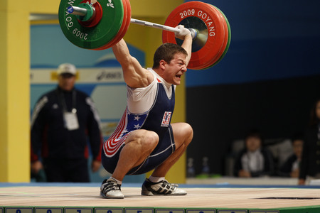 dimly: Bruce Matthew of United States competes in the Mens 85kg Group B weightlifting snatch at the World Weightlifting Championship in Goyang, north of Seoul on Thursdays, November 26, 2009, South Korea.