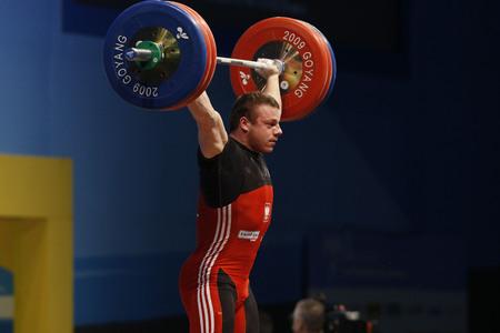 ポルスカのジェリニ スキー エイドリアンは韓国男子 85 kg グループ A 重量挙げスナッチ (コヤン) 木曜日 2009 年 11 月 26 日、ソウルの北で世界重量挙 報道画像