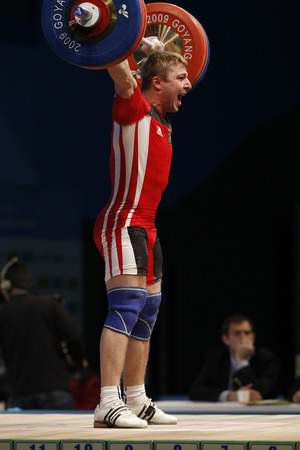 dimly: Lahun Siarhei of Belarus competes in the mens 85kg Group A weightlifting snatch at the World Weightlifting Championship in Goyang, north of Seoul on Thursdays, November 26, 2009, South Korea. Editorial