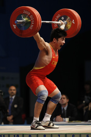 dimly: Lu Yong of China competes in the mens 85kg Group A weightlifting snatch competition at the World Weightlifting Championship in Goyang, north of Seoul on Thursdays, November 26, 2009, South Korea.