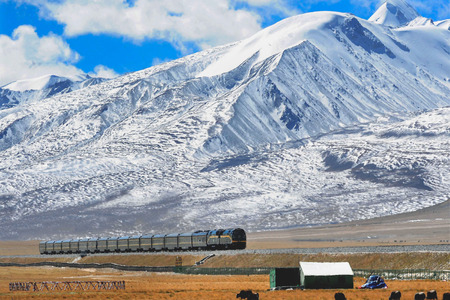 Median processing image of a train running on the Nagqu section of the Qinghai-Tibet railway.
