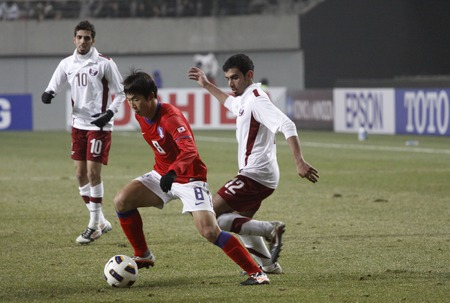 compete: March 14, 2012 - South Korea, Seoul : Yoon Bit-garam of South Korea and Abdulla Talib S J Afifa of Qatar players compete ball during their Asia qualifying for the 2012 London Olympic in Sangam stadium. The match ended in 0-0.