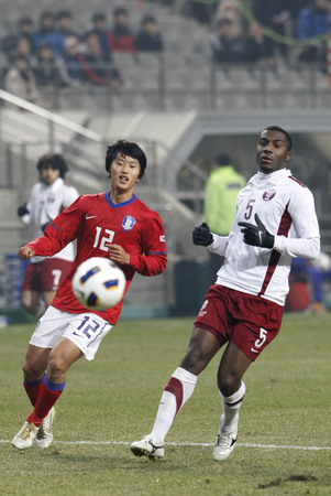 March 14, 2012 - South Korea, Seoul : Moon Sang-yoon of South Korea and Mohammed Salim Alrabeei of Qatar players compete ball during their Asia qualifying for the 2012 London Olympic in Sangam stadium. The match ended in 0-0.