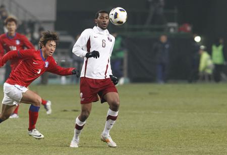 14 de marzo de 2012 - Corea del Sur, Seúl: Jung Dong-ho de Corea del Sur y Abdelaziz Hatima Mohamed de jugadores de Qatar competirán en las eliminatorias para los Juegos Olímpicos de Londres 2012 en el estadio Sangam. El partido terminó en 0-0.