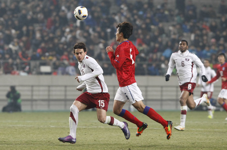 March 14, 2012 - South Korea, Seoul : Kim Ki-hee of South Korea and Ahmed Alaaeldin B M Abdelmotaal of Qatar players compete ball during their Asia qualifying for the 2012 London Olympic in Sangam stadium. The match ended in 0-0.