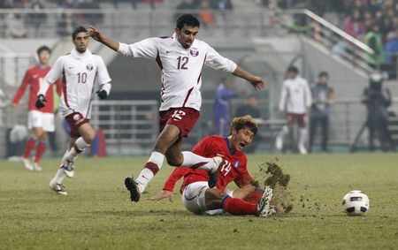 March 14, 2012 - South Korea, Seoul : Jung Woo-young of South Korea and Abdulla Talib S J Afifa of Qatar players compete ball during their Asia qualifying for the 2012 London Olympic in Sangam stadium. The match ended in 0-0.