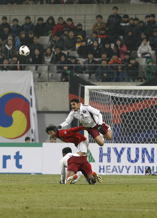 March 14, 2012 - South Korea, Seoul : Shim Dong-woon of South Korea and Abdulghafoor Murad Andullah of Qatar players compete ball during their Asia qualifying for the 2012 London Olympic in Sangam stadium. The match ended in 0-0.