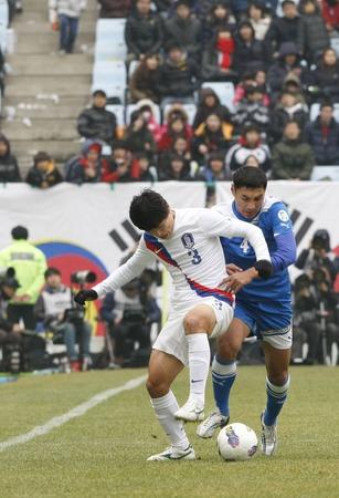 2012 년 2 월 25 일 - 전주, 한국 : 전주 월드컵 경기장에서 우즈베키스탄의 이브로 친종 라 키 모프와 한국의 박원재가 우승을 놓고 경쟁한다.