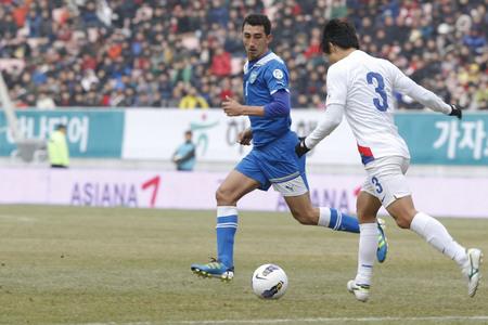 2012 년 2 월 25 일 - 한국, 전주 : 우즈베키스탄의 카밀리 든 타지 에프, 한국의 박원재, 전주 월드컵 경기장 우즈베키스탄 축구 친선 경기.