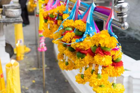 hindus: Flor en el santuario de Bangkok