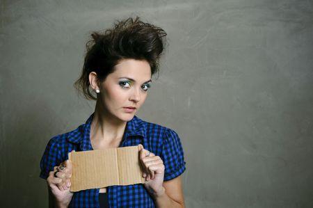 wild hair: Bella modella con capelli selvaggi pose in studio