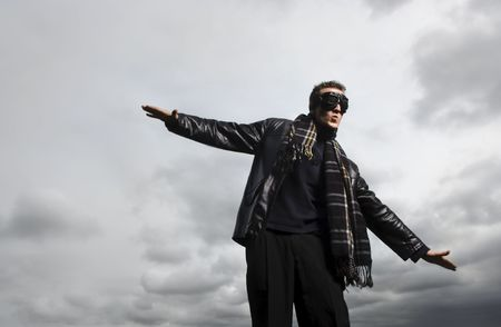 poses de modelos: Modelo masculino se plantea como un piloto