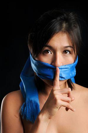 kokhalzen: Meisje met blauwe sjaal de mond gesnoerd zwijgt Stockfoto