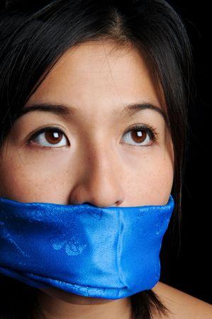 imbavagliare: Ragazza imbavagliata con sciarpa blu guarda per la libert�