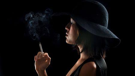 decide: Chica bastante Asia decide tener un humo por la noche