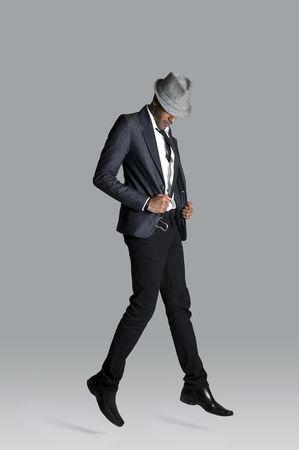 poses de modelos: Modelo de moda India se sostiene en su chaqueta de traje, como �l talochas hacia arriba