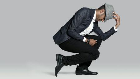 Mann posiert auf einem Knie im studio