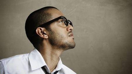 poses de modelos: Modelo de moda se plantea como un nerd super con gafas