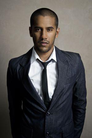 hombre flaco: Modelo masculino est� posando en su traje y corbata