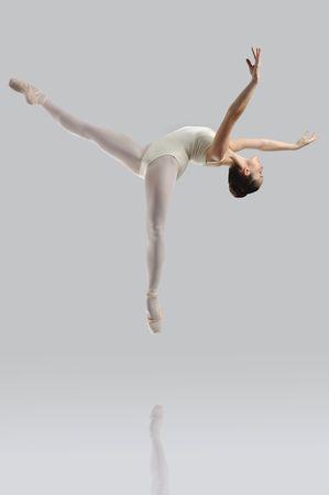 t�nzerin: Professionelle weibliche Ballett-T�nzerin, die isoliert im studio