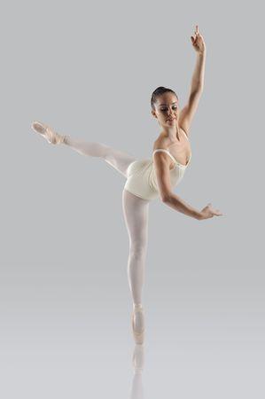 ballet cl�sico: Profesional femenino bailar�n aislado en estudio