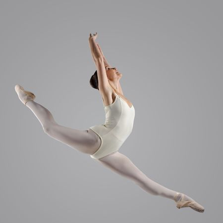 turnanzug: Professionelle weibliche Ballett-T�nzerin, die isoliert im studio