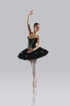 danza clasica: Profesional femenino bailar�n aislado en estudio  Foto de archivo