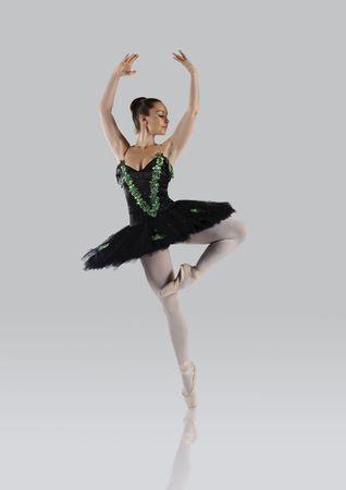 bailarina ballet: Profesional femenino bailar�n aislado en estudio  Foto de archivo
