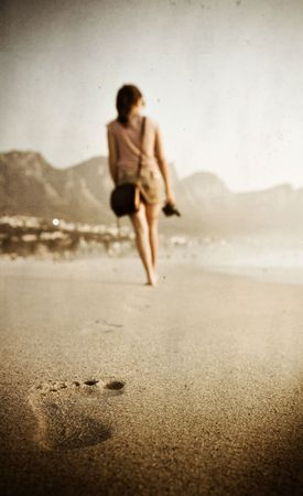 foot step: Donna cammina in distanza, trama e grano applicato