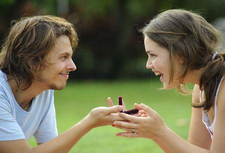 verlobung: Outdoor candid Vorschlag im Park, attraktives Paar