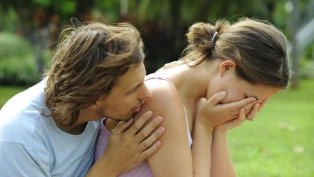 mujer llorando: Hombre consolas a su novia llora en el Parque
