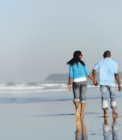 parejas caminando: Feliz pareja caminando en la playa en verano