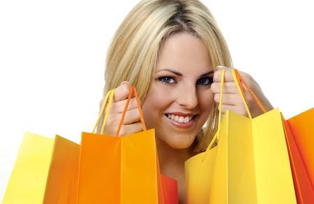 chicas de compras: Bastante joven con bolsas de compra de amarillos y naranjas