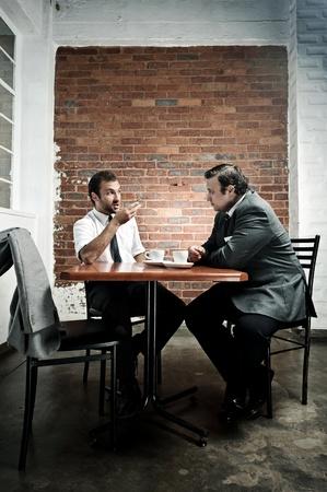 discutere: Data di caff� dibattito tra due uomini durante la pausa pranzo Archivio Fotografico