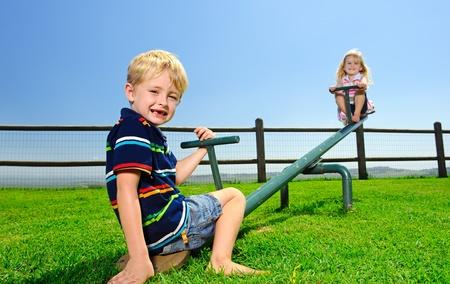 Kinderen spelen op de wip in de speeltuin