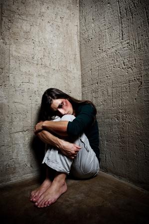 Cier: Nadużywany kobieta w rogu jednoznaczność schodów, jako ona sama