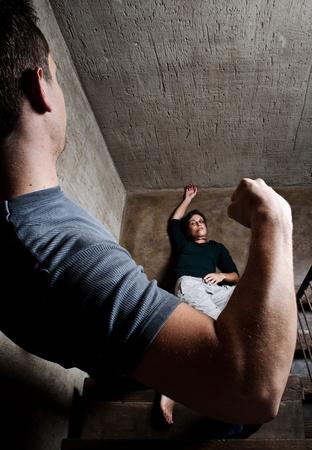 mujer golpeada: Mujer maltratada se encuentra lifelessly en la parte inferior de las escaleras, un rodaje conceptual que representan los efectos de la violencia dom�stica