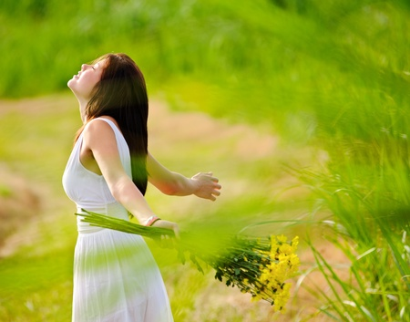 open  women: Carefree adorable girl with arms out in field. summer freedom andjoy concept.