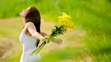 Carefree adorable girl with arms out in field. summer freedom andjoy concept. Stock Photo - 8726320