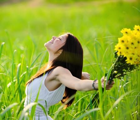 open life: Carefree chica adorable con armas en campo. concepto de andjoy de libertad de verano.
