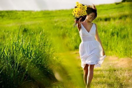 Opieramy pomijanie Zakochana pani adorable kobieta w polu z kwiatów na Letnich słońca.