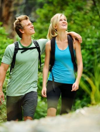 senderismo: linda pareja divertirse juntos al aire libre en una caminata Foto de archivo