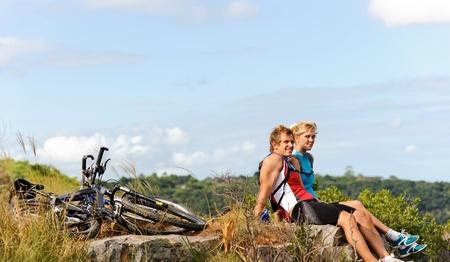 mountain bicycle: Felice all'aperto paio mountainbike divertirsi insieme in un pomeriggio d'estate