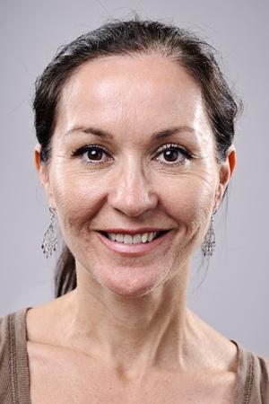 mujer sola: Retrato de arte muy detalladas. sonriendo a feliz persona real