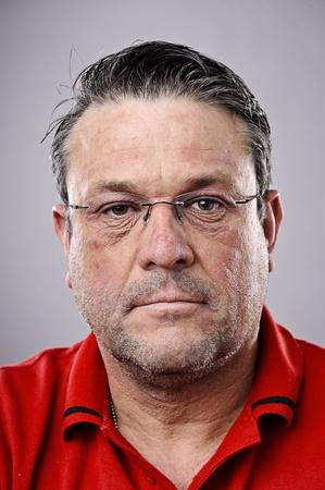 fine art portrait: Arte bel ritratto di un uomo pi� anziano bruna con gli occhiali