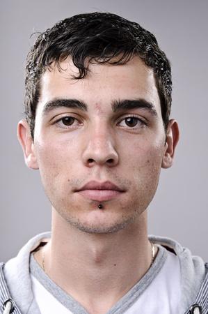 Jonge man poseert voor een gedetailleerd portret