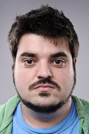 fine art portrait: Uomo normale con la barba posa per il ritratto arte